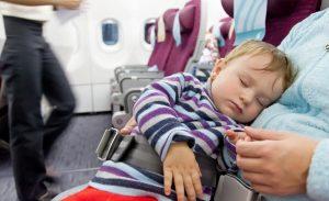 femme avec un bébé en avion